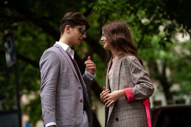 若いファッションカップル