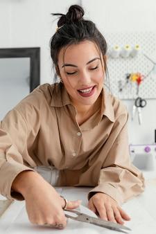 Молодой модельер работает в одиночестве в своей мастерской