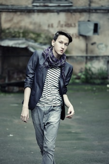カジュアルな服装の若者のファッションの男性。