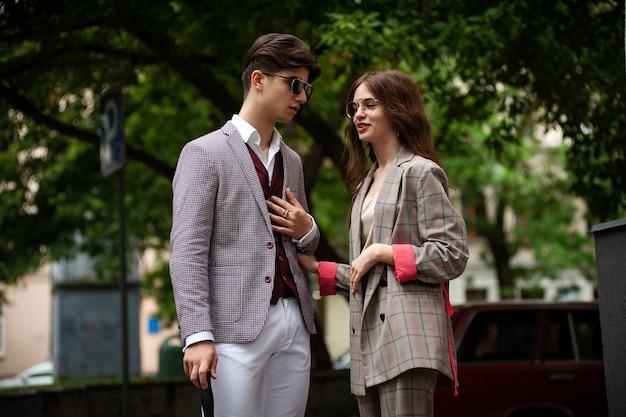 街の若いファッション学生の友達