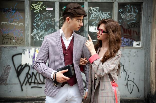 通りの若いファッションの女性と男性