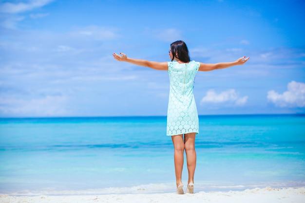 해변에서 드레스를 입고 젊은 패션 여자