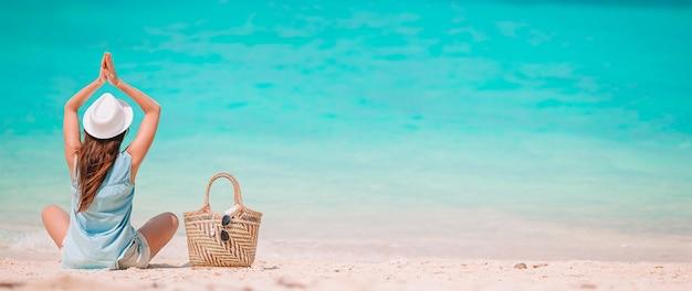 해변에 녹색 드레스에 젊은 패션 여자