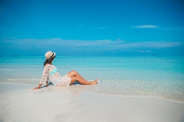 해변에서 녹색 드레스에 젊은 패션 여자