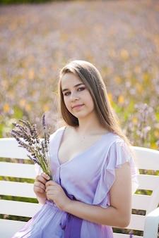 긴 드레스 야외 라벤더 밭에서 젊은 패션 여자