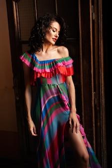 긴 드레스 야외에서 젊은 패션 여자
