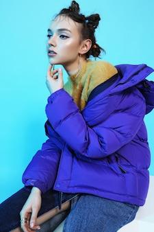 短い紫のダウンジャケットの若いファッションの女性。アジアンファッション