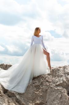 Молодая модная женщина на песке