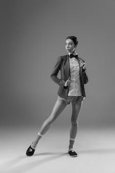 집에서 일하는 재킷과 양말을 착용하는 젊은 유행, 세련된 여자.
