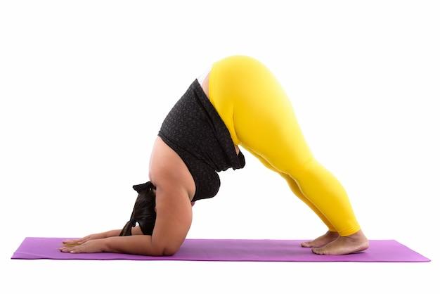 Молодая толстая азиатская женщина делает позы йоги