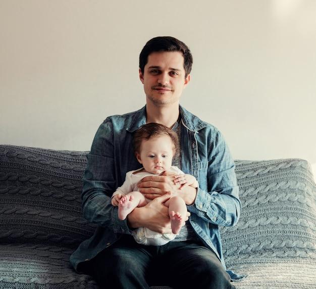 Молодой отец и мальчик в домашнем интерьере