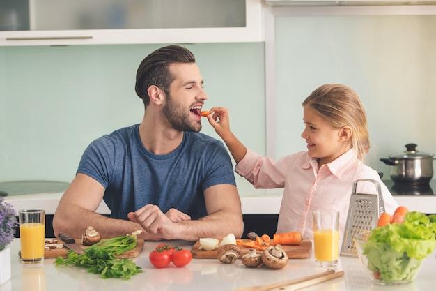 若い父と娘が一緒に食事を作る