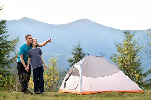 젊은 아버지와 그의 자식 아들 여름 산에서 함께 하이킹
