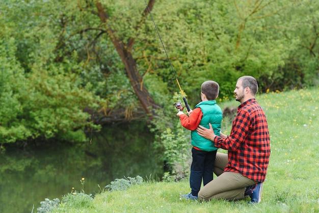 若い父親と息子の自然の中で釣り