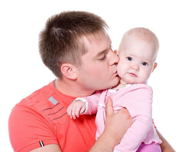 若い父親が白で隔離-幸せな赤ちゃんにキス