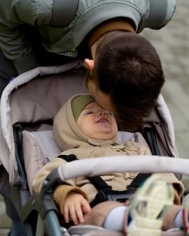 Молодой отец проводит время со своей очаровательной дочерью
