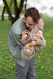 愛らしい娘と過ごす若い父親
