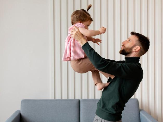 若い父親が娘と時間を過ごす