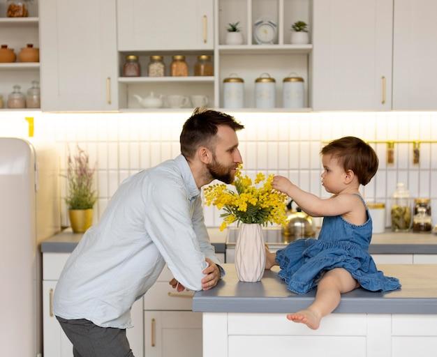 若い父親が女の子と時間を過ごす