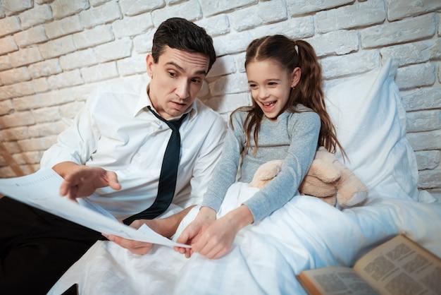 Молодой отец рассказывает дочери о своей работе.