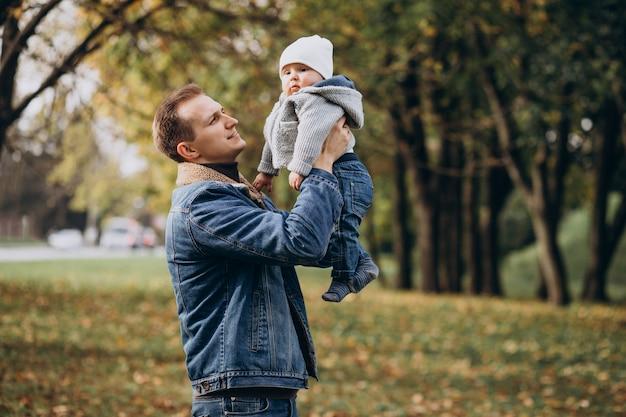 공원에서 아기 아들과 젊은 아버지