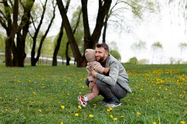 Молодой отец с ребенком на открытом воздухе
