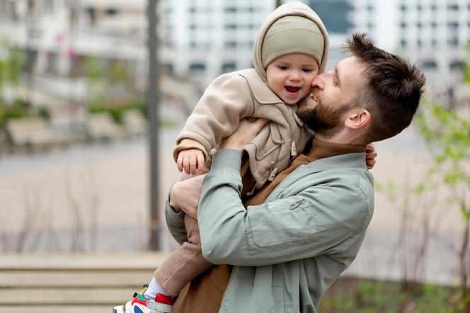 赤ちゃんを持つ若い父親