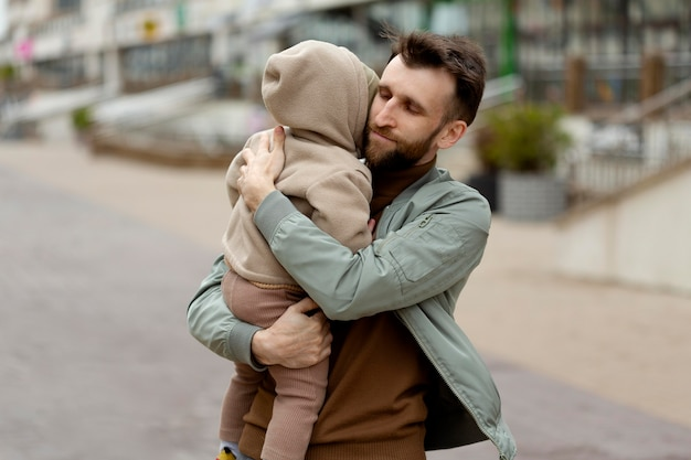 Молодой отец с младенцем