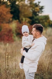 Giovane padre con il piccolo figlio in campo
