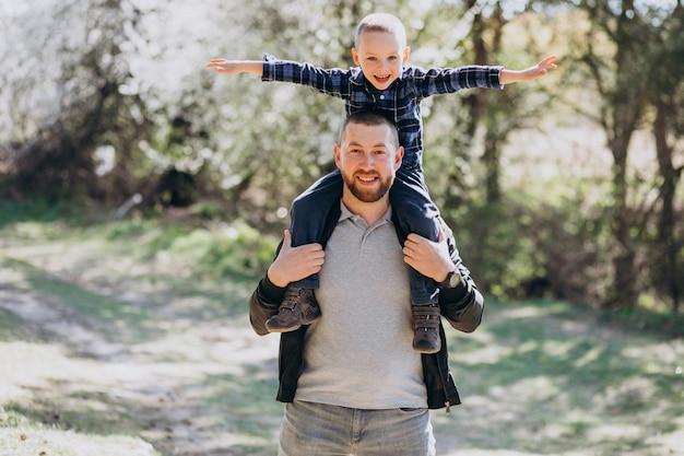 숲에서 작은 아들과 함께 젊은 아버지
