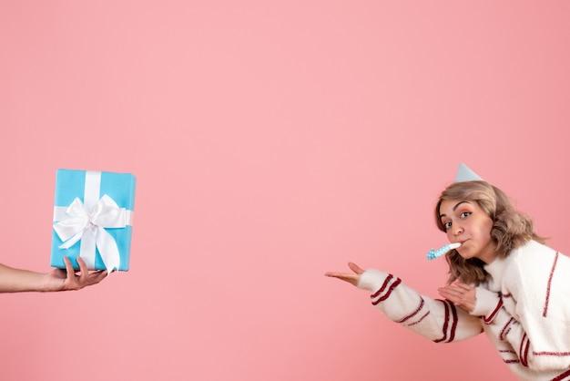핑크에 남성에서 현재 수락하는 젊은 여성