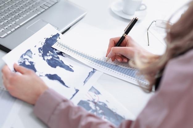 재무제표를 확인하는 젊은 여성 회계사
