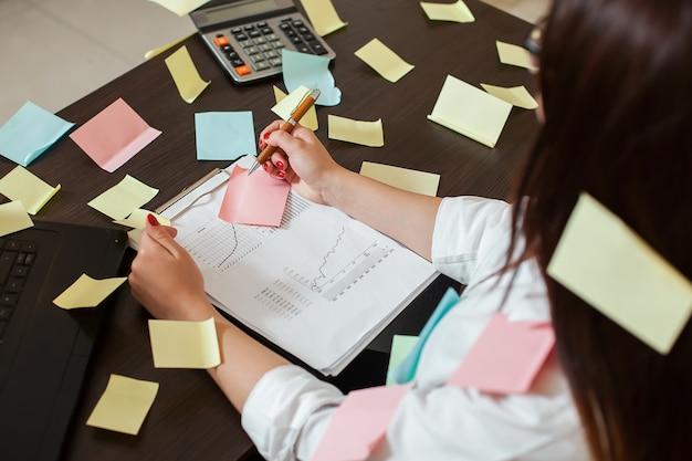 職場の若い女性会計士マネージャー