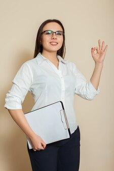 若い女性会計士の靴okサイン