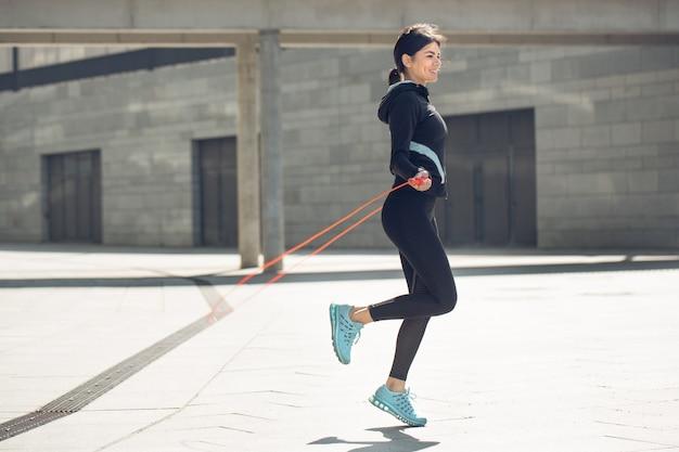 Молодая женщина активная тренировка упражнения на улице за пределами пропуска