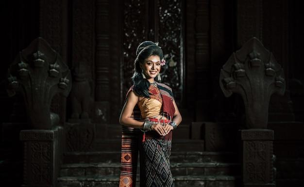 古代のモニュメント、劇的なスタイルで、美しい古代の衣装を着ている若い女性女優。伝説の愛の人気物語、「ファデンとナンアイ」と呼ばれるタイのイサンの民話をacientサイトで実行します