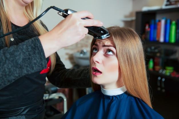 젊은 여성은 머리카락 기계를 두려워합니다.