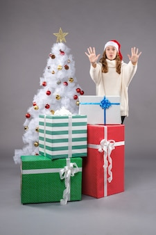 회색에 선물 주위 젊은 여성