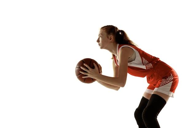 Молодая баскетболистка в действии, движение в беге, изолированное на белой стене