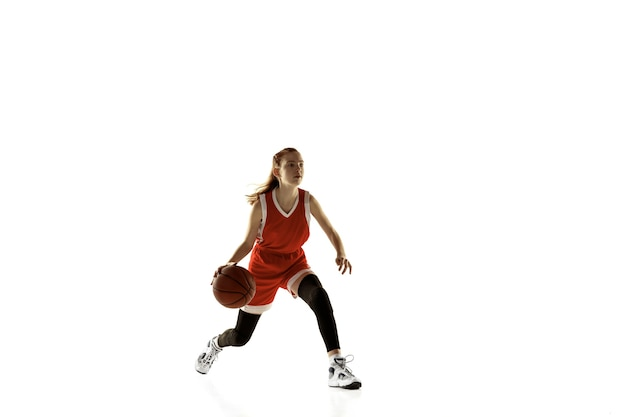 アクションで若い女性のバスケットボール選手
