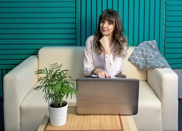 Молодая женщина-блогер работает с ноутбуком в интернете. концепция дистанционного обучения.
