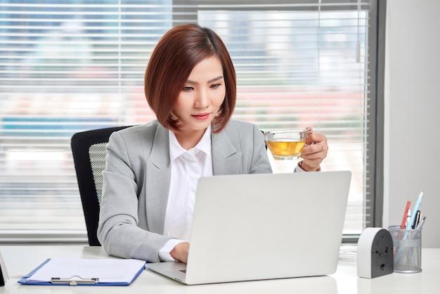 オフィスのデスクで忙しい若い女性のビジネスオーナー