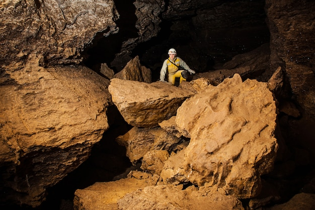 Молодая женщина спелеолог исследует пещеру