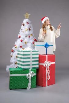 灰色のクリスマスを祝う若い女性