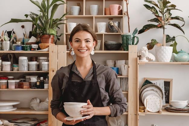 若い女性の陶芸家