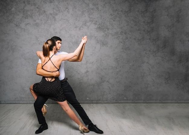 댄스 스튜디오에서 연습하는 젊은 여성 댄서