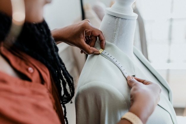 ブティックで若い女性デザイナー