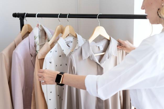 Молодой дизайнер женского пола в бутике