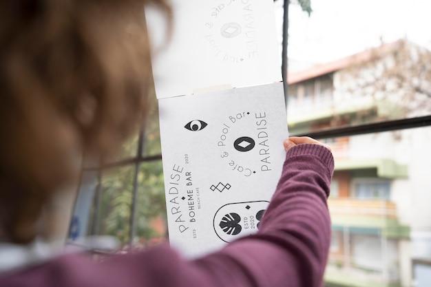 Молодая женщина-дизайнер, глядя на ее логотипы