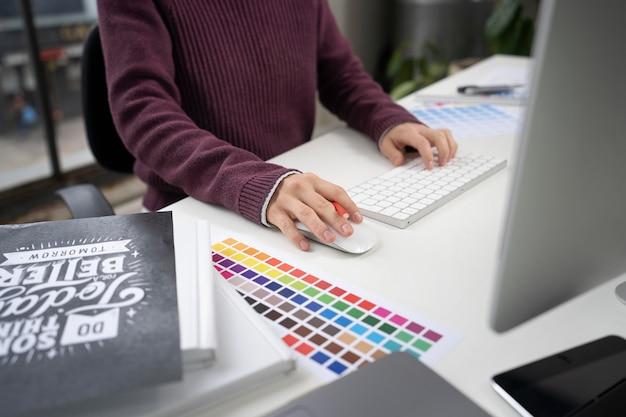 Молодая женщина-дизайнер, работающая над проектом